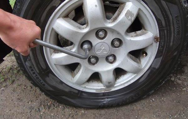 Как поменять колесо своими руками.