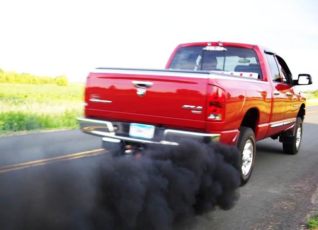 Черный дым из выхлопной трубы – причины и последствия и способы решения. фото 1